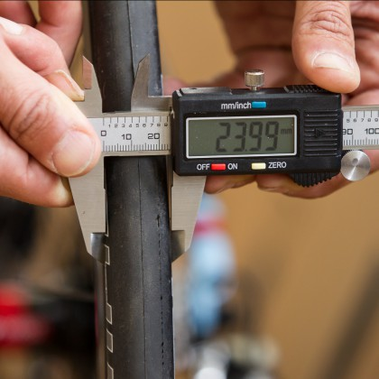 Bluff package: despite the Enve's wide rims, the Schwalbe 25 tires grow only to 24 millimeters.