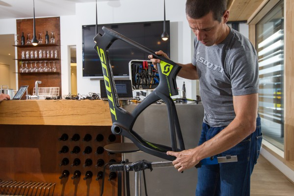 Lars works with a modified (in other words: battered) Park Tool PRS-20 Team Race Stand.