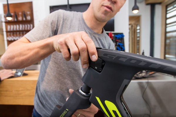 As Lars installs the fork from below the head tube, he slides the TT stem onto the steer-tube at the same time. The inner surface of the clamping area has been treated with the red Dynamic fitting grease for carbon.