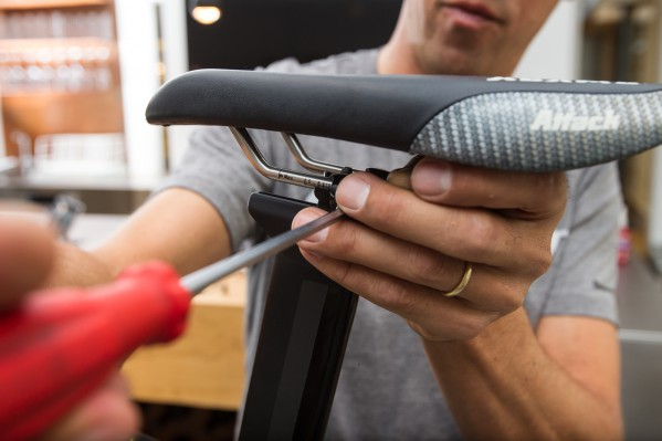Adjust the seat slider as well as the saddle position and tighten the Allen bolt witha maximum torque of 12 Nm.