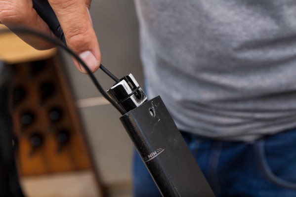 If you are unable to smoothly insert the seatpost into the seat tube, it is sometimes necessary to sand down the battery bracket with fine emery paper.