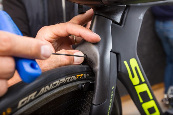 Attach the aero brake cover and tighten the screw with an Allen key of 2 mm and a maximum torque of 1 Nm. Note: not all multi tools include an Allen key of 2 mm.