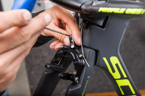 Pass the inner cable through the housing and then through the cable-adjusting bolt. Afterwards, open the cable fixing bolt unit.